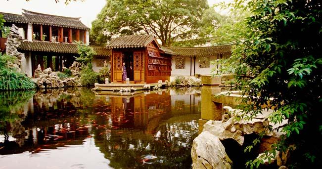 Il Giardino del Ritiro e della Riflessione - in cinese Tuisi Yuan - a Tongli, una delle più antiche città costruite sul delta del fiume Yangtze (foto Dennis Cox / Alamy)