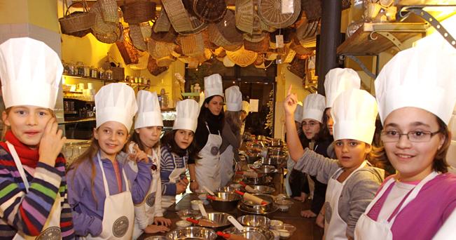 Piccoli chef iniziata la stagione dei pasticci il for Corsi di cucina per bambini