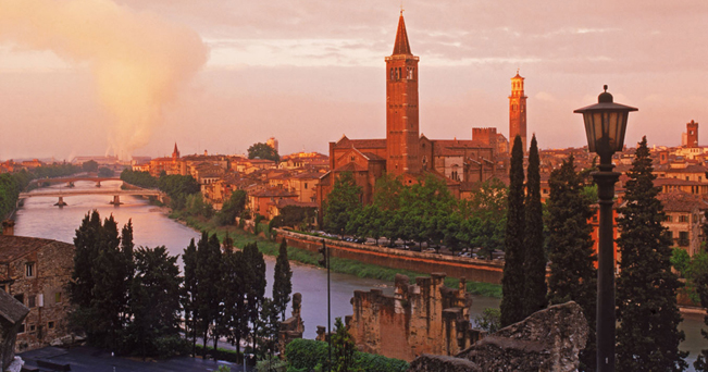 Verona vista dal Castello di San Pietro (foto Alamy/Milestone Media)