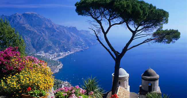 La Costiera Amalfitana vista da Villa Rufolo, a Ravello (foto International Photobank/Alamy/Milestone Media)